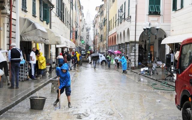 Il maltempo mette in ginocchio il Nord Italia: un disperso a Genova, Milano allagata da Seveso e Lambro