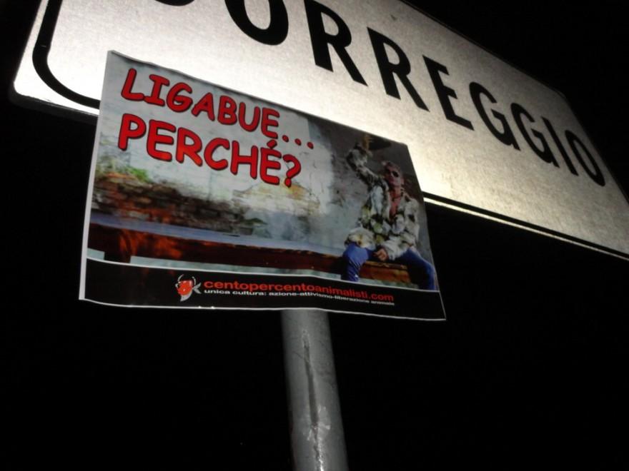 """Ligabue in pelliccia nel video di """"Siamo chi siamo"""", dure proteste degli animalisti: """"Perché ha accettato di apparire con un indumento che gronda sangue?"""""""