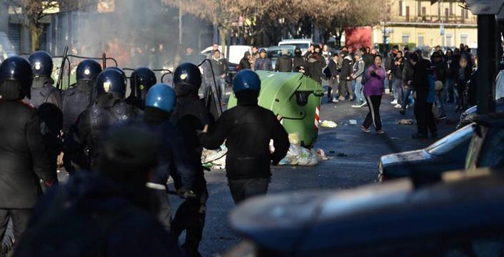 Milano, guerriglia urbana durante lo sgombero di due Centri Sociali. Lanciate pietre e bottiglie contro le cariche dei poliziotti