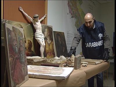 Roma, sequestrato 'museo' nell'abitazione di un noto avvocato. Molti oggetti erano rubati