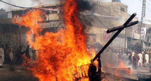 Orrore in Pakistan, coppia di cristiani bruciata viva per blasfemia. Arrestati 44 sospetti