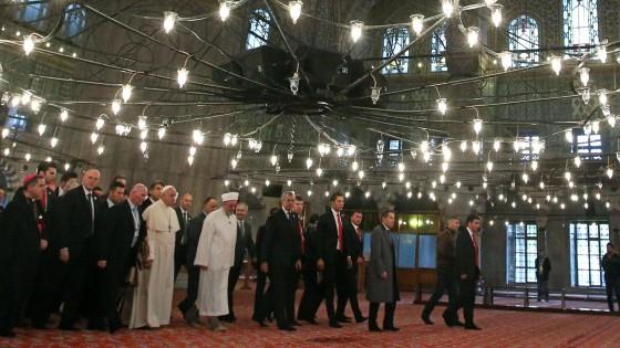 """Il Papa a Istanbul, giornata di preghiera nella Moschea blu: """"Musulmani, ebrei e cristiani possano essere fratelli e compagni di strada"""""""