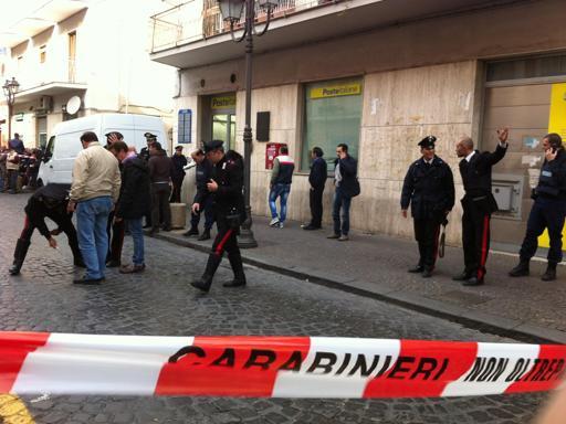 Terrore a Salerno, cercano di rubare un portavalori in pieno centro armati di mitra e pistole: ferita una guardia giurata e tre passanti
