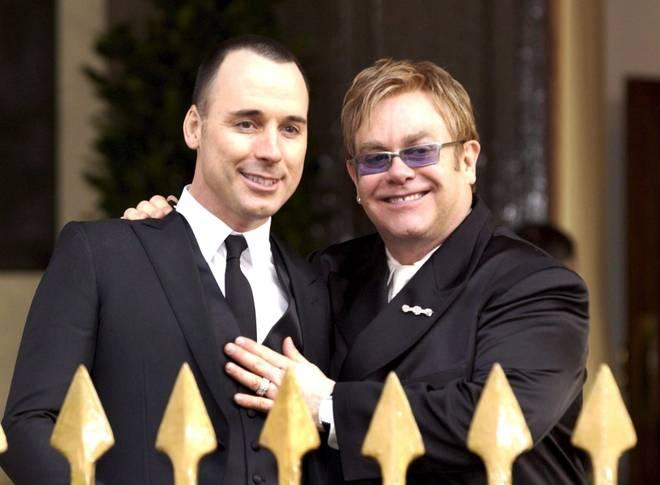Inghilterra, Elton John sposa il suo compagno David Furnish. I due hanno due figli