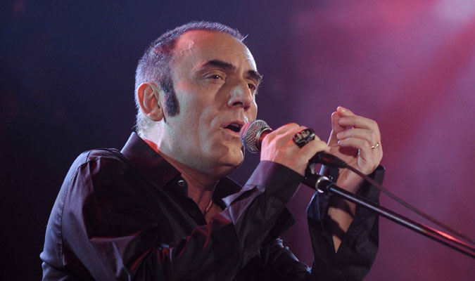 Lutto nel mondo della musica, Mango colpito da infarto durante un concerto a Matera, muore poco dopo in ospedale