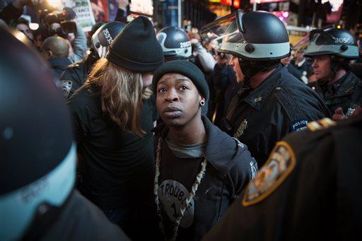 New York, esplode la rabbia dopo che il Grand Jury scagiona un agente per la morte di un nero. Un altro caso Ferguson, polizia sotto accusa