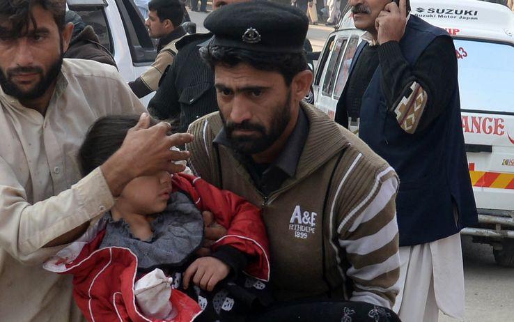 Strage in Pakistan, commando talebano assalta una scuola: 141 vittime tra cui 130 bambini. Altri 122 feriti, uccisi i 9 assalitori