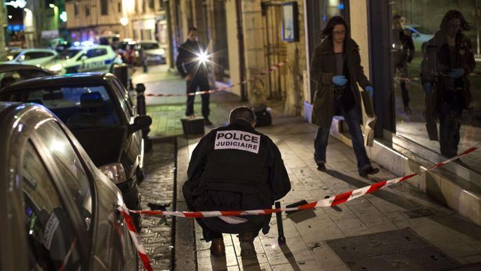 """Francia, un uomo si lancia con l'auto su una folla di persone al grido di """"Allah u Akbar"""" (Dio è grande). Undici feriti"""