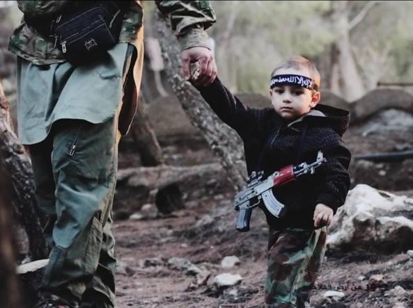 """Belluno, giovane mamma riconosce suo figlio tra i miliziani dell'Isis: """"Vi prego, riportatelo da me"""""""