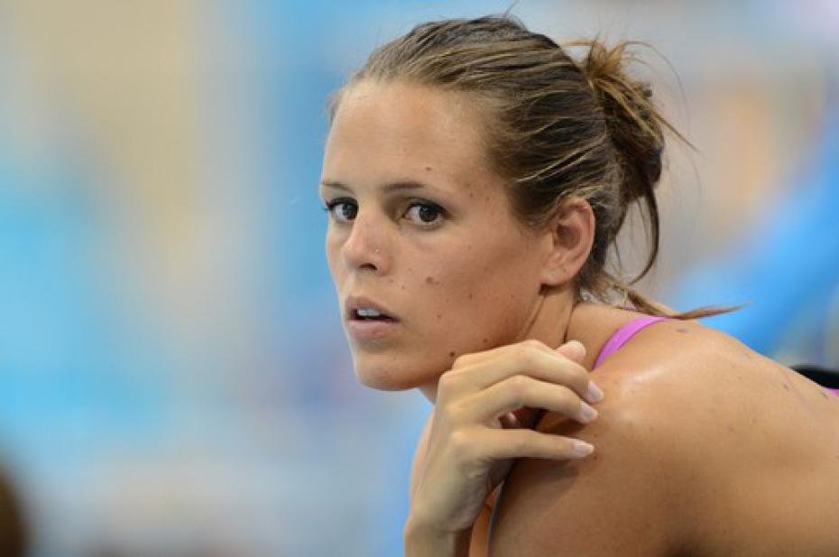 Eurodisney, l'ex campionessa di nuoto francese Laure Manaudou sorpresa con 200 euro di souvenir non pagati