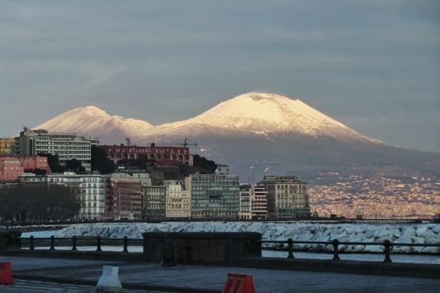 Maltempo, Capodanno al gelo al sud. Forti nevicate in Sicilia e a Napoli. Molte città restano senza acqua