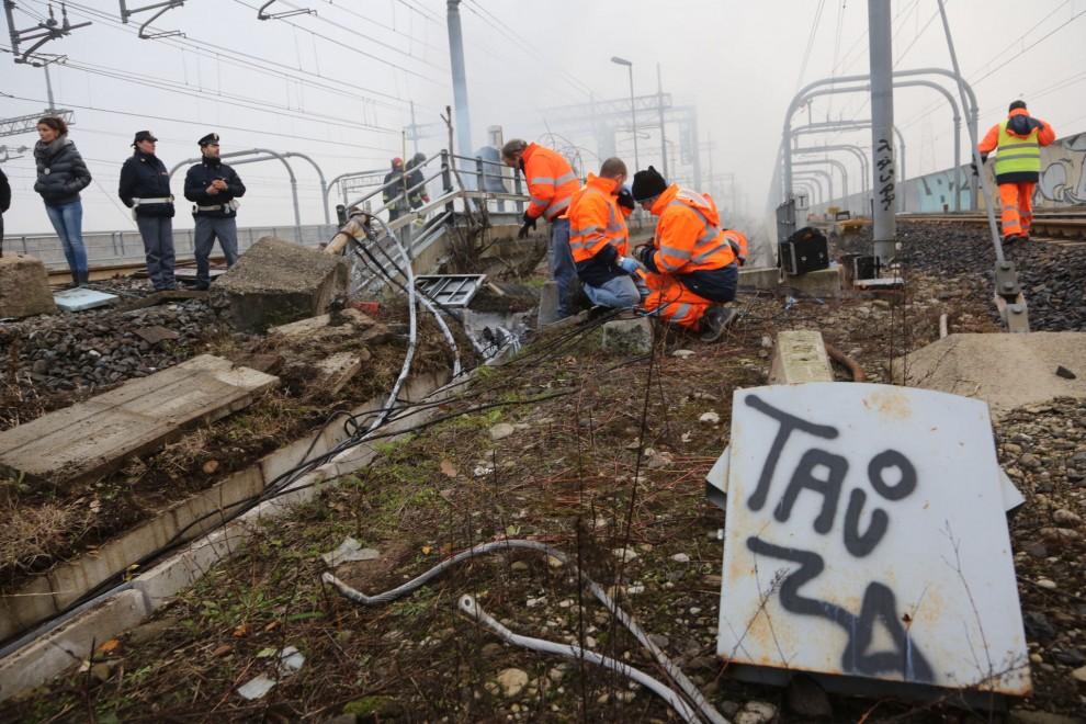 """Bologna, treni fermi a causa di un incendio doloso alla stazione. Trovati stracci con benzina e scritte No Tav. Lupi: """"Si tratta di un atto terroristico"""""""