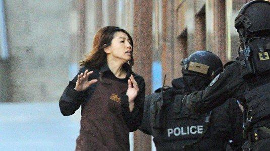 Sidney, terrorista islamico sequestra ostaggi in una cioccolateria e issa la bandiera nera. Negoziatori della polizia tentano di evitare la tragedia