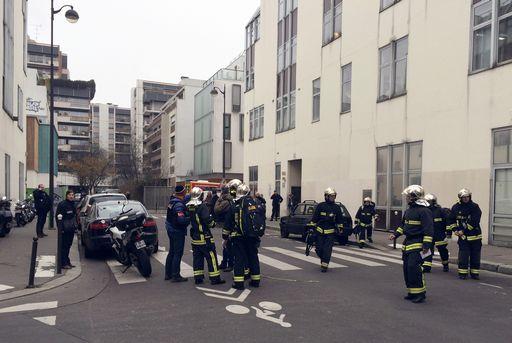 Parigi, un gruppo di terroristi armati di kalashnikov irrompe nella redazione del giornale satirico Charlie Hebdo:  12 sono i morti