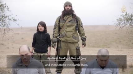 L'Isis pubblica un video choc, nelle immagini un bambino di 10 anni uccide due spie russe con una pistola