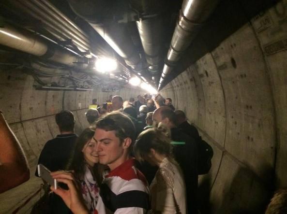 Camion prende fuoco nel Tunnel della Manica, il fumo nero blocca il traffico ferroviario. Centinaia di persone evacuate