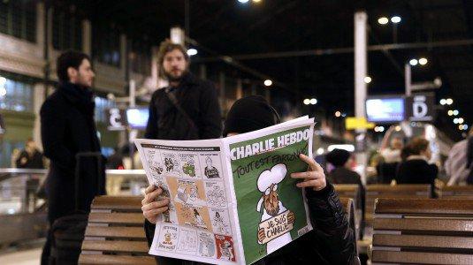 Al Quaeda rivendica in un video l'attentato a Charlie Hebdo. Lunghe code per l'acquisto del nuovo numero della rivista satirica