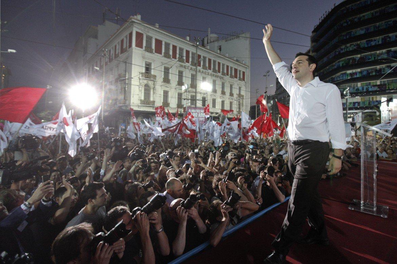 """Tsipras trionfa col 35%. Sara' il nuovo premier greco, ND al 28% davanti ai nazisti di Alba Dorata col 7%. """"Austerità addio"""" sfiorata la maggioranza assoluta"""