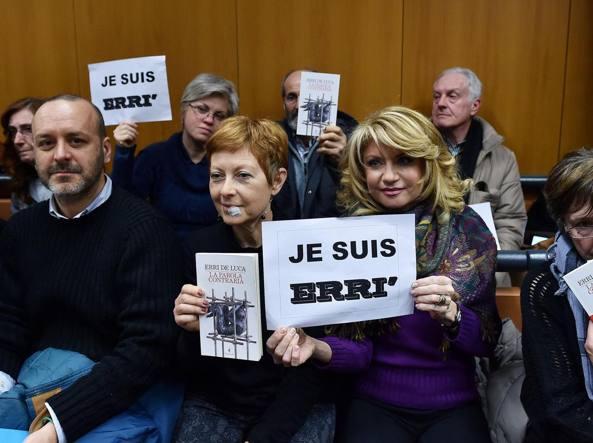 """No Tav, lo scrittore Erri De Luca a processo per la frase """"La Tav va sabotata"""". Piccola folla di fan ad accoglierlo nel tribunale"""