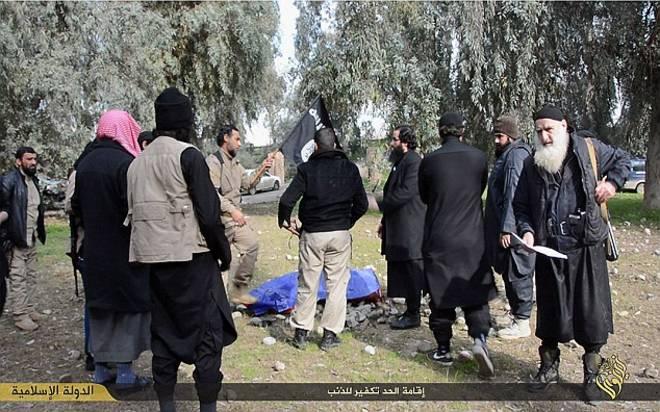 Orrore Isis, 13 ragazzini iracheni uccisi in pubblico per aver tifato per la loro nazionale di calcio
