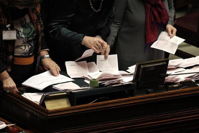 Mattarella eletto presidente della Repubblica: superati i 505 voti. Appoggio di Ncd, Forza Italia vota scheda bianca