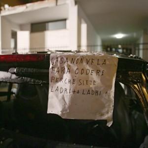 """Roma, esplode una bombola in una palazzina: 1 morto e 14 feriti. Trovato biglietto con delle minacce: """"Questa casa non ve la farò godere, ladri"""""""