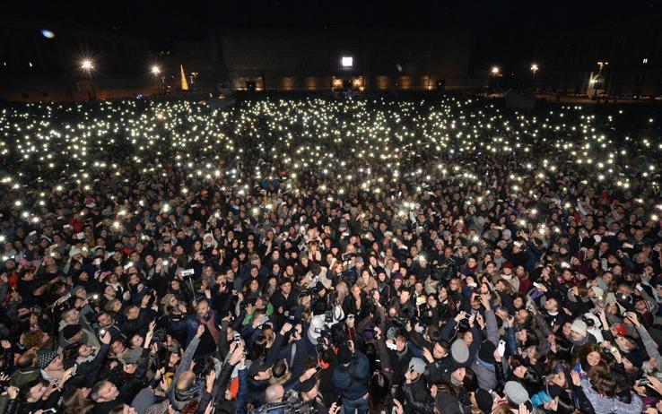 Addio a Pino Daniele, il bluesman avrà due funerali pubblici: uno a Roma e uno a Napoli. Ieri in 100 mila lo hanno omaggiato a Piazza del Plebiscito