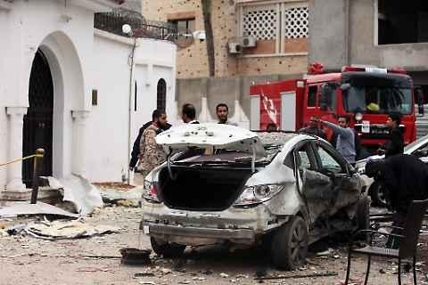 Terrorismo islamico, quattro affiliati all'Isis si fanno esplodere in un hotel a Tripoli. Il bilancio è di otto morti