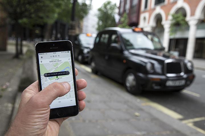 """Torino, dure proteste dei tassisti contro la concorrenza 'abusiva' di Uber: """"Siamo pronti a bloccare tutta l'Italia"""""""