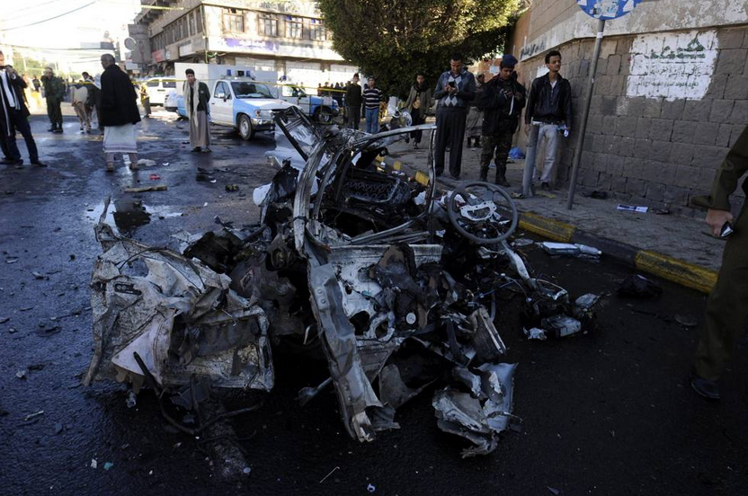Yemen, un kamikaze si è fatto esplodere a bordo di un minibus carico di esplosivo vicino a un accademia di polizia