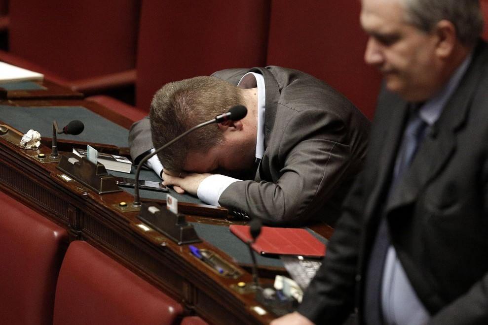 """Riforme, nella notte approvati tutti gli emendamenti. Le opposizioni restano fuori dall'Aula. Renzi: """"Bene così, un abbraccio ai gufi"""""""