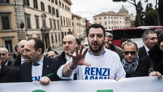 Roma, CasaPound scende in piazza con Matteo Salvini per l'uscita dall'euro e lo stop all'immigrazione. Si temono scontri con gli antirazzisti
