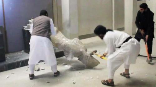 Iraq, i miliziani dell'Isis peggio di Gengis Khan: da mesi distruggono opere d'arte e bruciano intere biblioteche