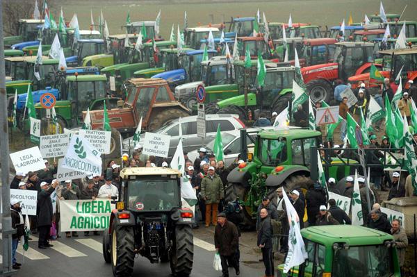 Il mercato del latte italiano sempre più in crisi: in 32mila hanno perso il lavoro. Mobilitazione in tredici città con mucche e trattori