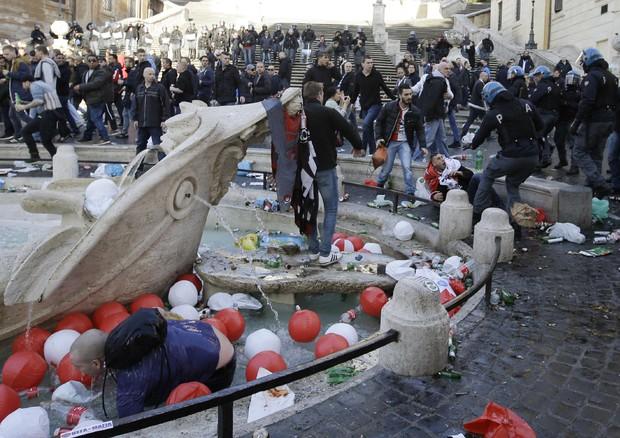 """Follia ultrà a Roma, danni anche in Vaticano. Alfano invia altri 500 soldati per garantire la sicurezza. Confcommercio: """"Oltre 3 milioni di danni"""""""