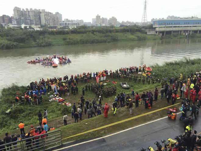 Taiwan, aereo di linea precipita dopo il decollo: 19 morti, decine i dispersi