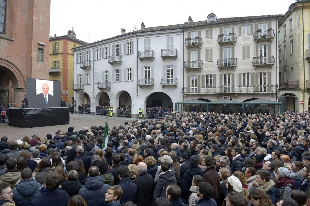 Torino, centinaia di persone ad Alba per dare l'ultimo saluto a Ferrero. Presenti anche Renzi, Prodi e Marchionne
