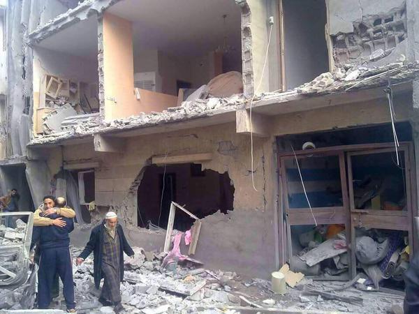 Libia, l'Egitto bombarda obiettivi dell'Isis dopo l'uccisione di 21 copti egiziani. In Sicilia arrivano i primi italiani fuggiti da Tripoli