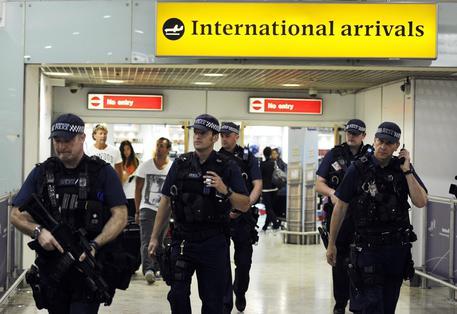 Allarme terrorismo, arrestata a Londra una ragazza di 25 anni appena atterrata dalla Turchia