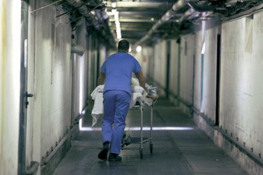 Napoli, uomo di 68 anni muore dopo un intervento al femore. Era 'parcheggiato' su una barella in corridoio per mancanza di posti