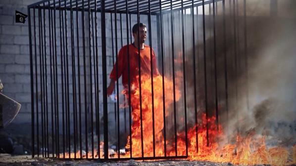 Terrorismo, l'Isis pubblica il video del pilota giordano bruciato vivo in una gabbia. Dura risposta di Amman: impiccata la terrorista irachena