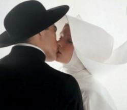 """Papa Francesco rivoluziona la Chiesa: """"La questione dei sacerdoti sposati è presente nella mia agenda"""""""