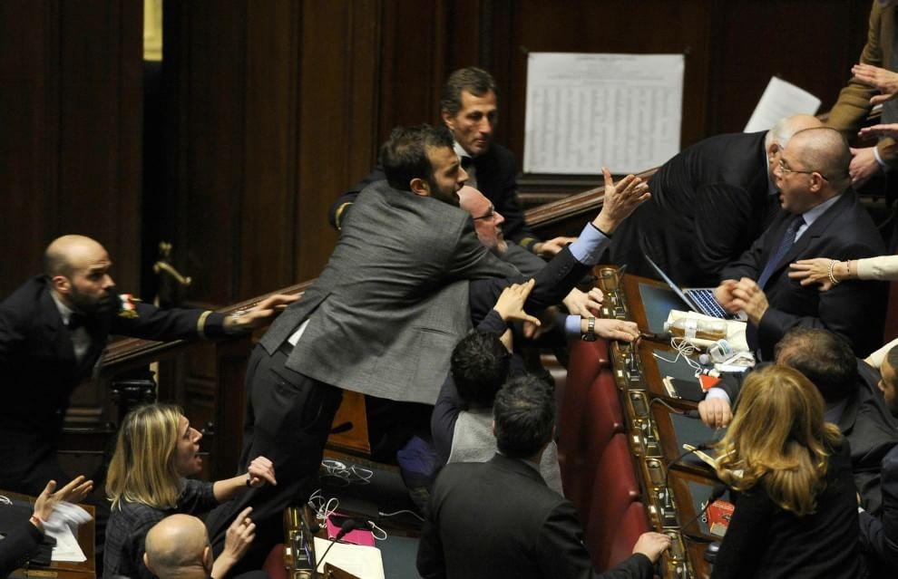 Riforme, scoppia la rissa tra i deputati di Sel e quelli del Pd nella seduta notturna alla Camera. Salta l'accordo tra il M5S e i Dem
