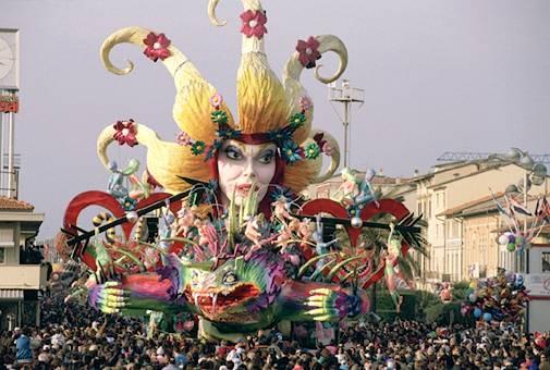 """Carnevale di Viareggio, la Fondazione vieta ai carristi riferimenti alla strage di Charlie Hebdo. I cartapestai: """"Non è censura, è una scelta di buon senso"""""""