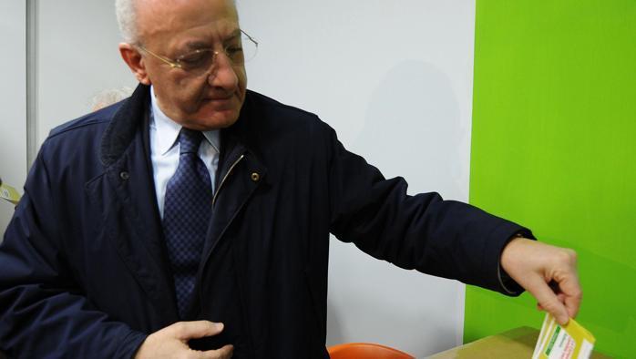 Primarie regionali Pd, in Campania trionfa l'ex sindaco di Salerno De Luca. Nelle Marche vince Luca Ceriscioli