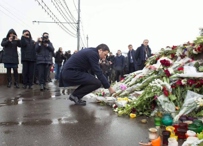 Renzi a Mosca per incontrare Putin porta un mazzo di fiori sul luogo dell'omicidio di Nemtsov