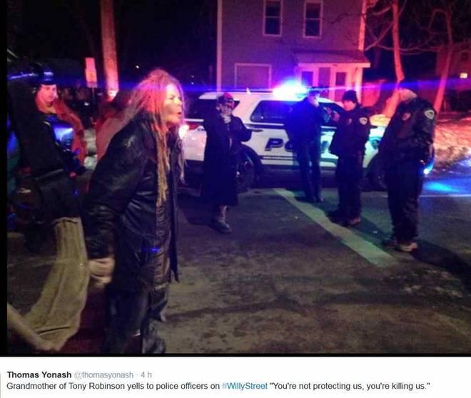 Usa, poliziotto spara e uccide un ragazzo di colore. Decine di persone in piazza per manifestare contro la polizia