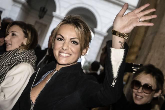 Francesca Pascale festeggia l'assoluzione di Berlusconi con un tatuaggio: il nome 'Silvio' sul polso sinistro