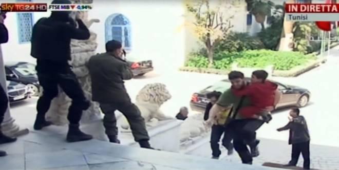 """Strage di Tunisi, le testimonianze dei superstiti: """"Pensavamo di non tornare più"""". """"Non si possono spiegare quelle cose"""""""