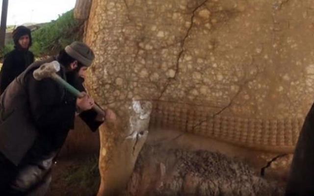 """Iraq, l'Isis ha raso al suolo con le ruspe l'antica città archeologica di Nimrud. L'Unesco: """"Questa barbarie costituisce un crimine di guerra"""""""
